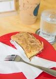 在板材和拿铁咖啡的蛋糕 图库摄影