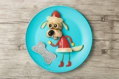 在板材和木头做的欢乐菜狗 免版税库存照片