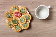 在板材和空的咖啡杯的饼干 免版税库存照片