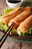 在板材和筷子特写镜头的油煎的春卷 垂直 免版税库存图片