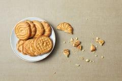 在板材和面包屑的饼干 免版税图库摄影