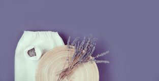 在板材和linean袋子的Lavander花 免版税图库摄影