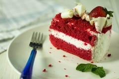 在板材安置的红色草莓蛋糕 免版税库存照片