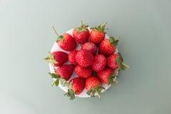 在板材安置的红色草莓,美丽的红色草莓,草莓在冬天,果子在冬天 免版税库存照片