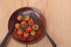 在板材木头的蕃茄 木背景 免版税库存照片