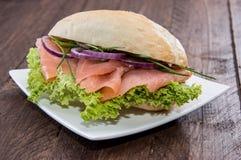 在板材的三文鱼小圆面包 免版税库存照片