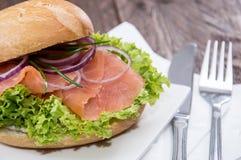 在板材的三文鱼小圆面包 免版税库存图片