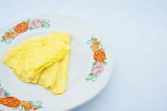 在板材的三角煎蛋卷 免版税库存图片