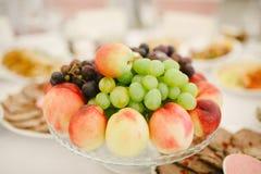 在板材的不同的夏天果子 免版税库存照片