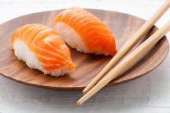 在板材的两个新鲜的三文鱼Nighiri寿司 库存图片