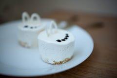 在板材的两个甜蛋糕 点心 日s华伦泰 图库摄影