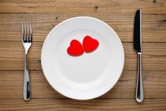 在板材的两红色心脏 图库摄影
