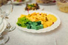 在板材的乳酪在宴会桌上 库存照片