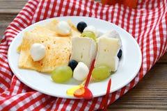 在板材的乳酪开胃菜 免版税库存照片