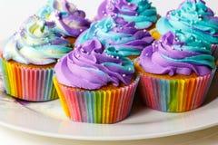 在板材的五颜六色的杯形蛋糕 免版税图库摄影