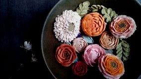 在板材的五颜六色的花 库存照片
