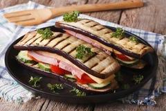 在板材的健康茄子三明治特写镜头 水平 库存图片