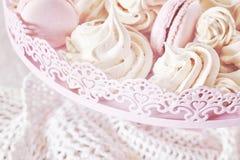 在板材的减速火箭的被定调子的自创桃红色和白色蛋白甜饼 免版税库存照片