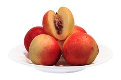 在板材的几油桃果子 库存图片