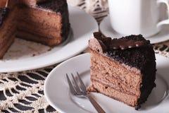 在板材的切好的巧克力蛋糕特写镜头 水平 图库摄影