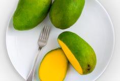 在板材的切的芒果 库存图片