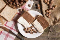 在板材的切的面包有巧克力奶油的 免版税库存图片