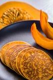在板材的南瓜薄煎饼 免版税库存照片