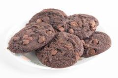在板材的双重巧克力曲奇饼 免版税库存图片
