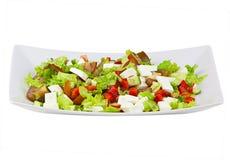 在板材的可口希腊沙拉在白色背景 免版税图库摄影