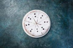 在板材的可口点心,甜鲜美乳酪蛋糕用新鲜的莓果 顶视图 免版税库存图片