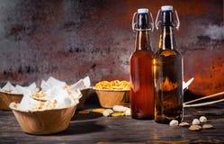 在板材的各种各样的啤酒快餐喜欢开心果,小的椒盐脆饼 免版税图库摄影