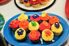 在板材的各种各样的杯形蛋糕 库存照片