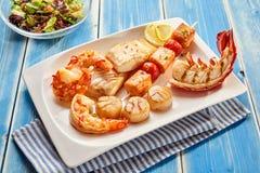 在板材的各种各样的海鲜开胃菜 库存照片
