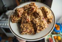 在板材的土气简单的碎屑早餐用莓,蓝莓 免版税库存照片