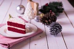 在板材的圣诞节蛋糕在木背景和12月的红色织品 库存照片