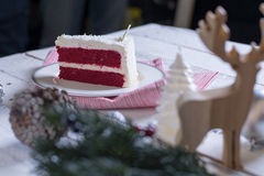 在板材的圣诞节蛋糕在木背景和12月的红色织品 库存图片