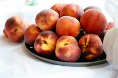 在板材的夏天鲜美桃子有白色背景 图库摄影