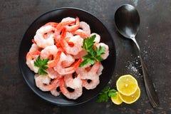 在板材的大虾 虾,大虾 海鲜 顶视图 可能 库存照片