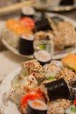 在板材的寿司卷 免版税库存照片