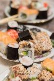 在板材的寿司卷 库存照片