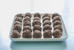 在板材的巧克力糖甜点 库存图片
