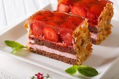 在板材的庆祝的被切的巧克力草莓蛋糕特写镜头 免版税图库摄影