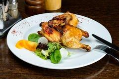 在板材的开胃辣被烘烤的微型鸡在意大利休息 免版税库存照片