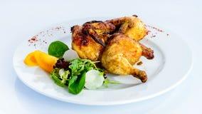 在板材的开胃辣被烘烤的微型鸡在轻的backgr 免版税库存照片