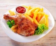 在板材的开胃鸡和油炸物膳食 库存照片