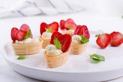 在板材的微型果子馅饼 自创点心用可口乳脂干酪 免版税库存照片