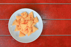 在板材的快餐在红色木地板上 免版税库存照片