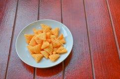 在板材的快餐在红色木地板上 免版税图库摄影