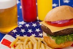 在板材的快餐有7月4日题材的 免版税库存照片