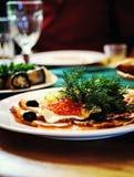 在板材的快餐红色鱼子酱莳萝 图库摄影